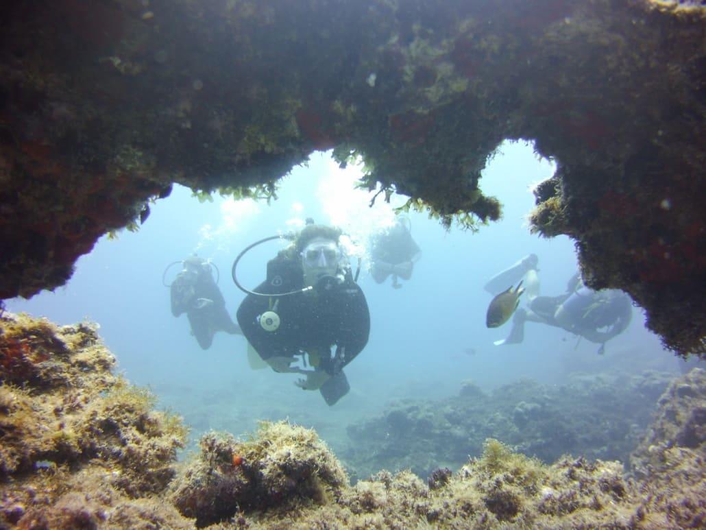 inmersión a través de una cueva